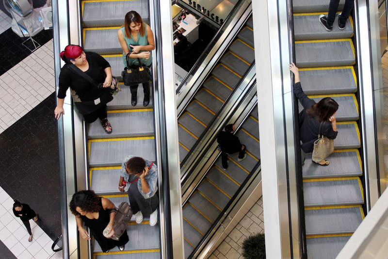 © Reuters. Shoppers ride escalators at the Beverly Center mall in Los Angeles