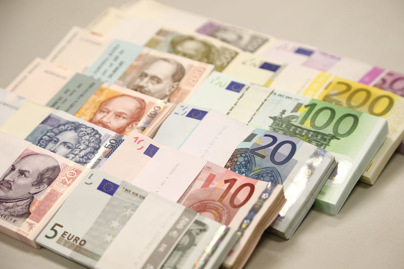 © Reuters. Euro and Kuna bills are been pictured in Croatian National Bank in Zagreb