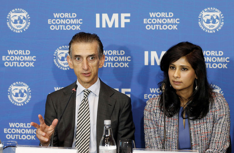 © Reuters. Gian Maria Milesi-Ferretti, Deputy Director of Research Department of the IMF, next to Gita Gopinath, Economic Counsellor and Director of the Research Department at the International Monetary Fund (IMF), speaks during a news conference in Santiago