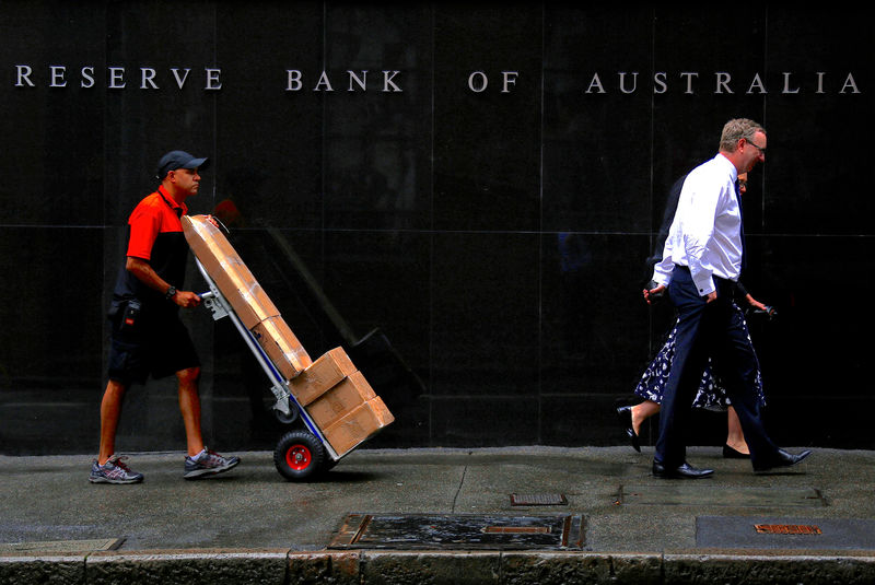 © Reuters. FILE PHOTO: A worker pushing a trolley walks with pedestrians past the Reserve Bank of Australia (RBA) head office in central Sydney
