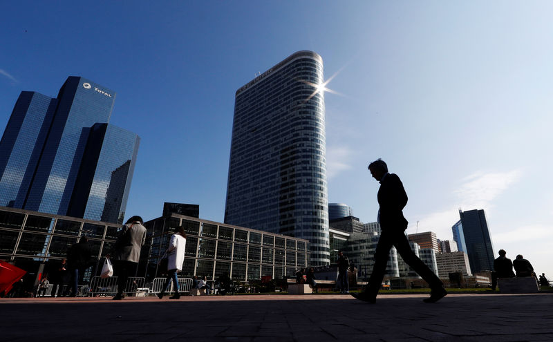 © Reuters. FILE PHOTO: People walk on the esplanade of La Defense in the financial and business district of La Defense, west of Paris
