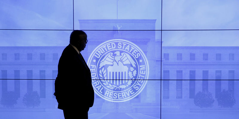 © Reuters. A guard walks in front of a Federal Reserve image before press conference in Washington