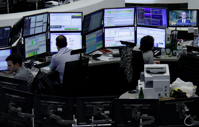 © Reuters. Traders work at their desks at the stock exchange in Frankfurt
