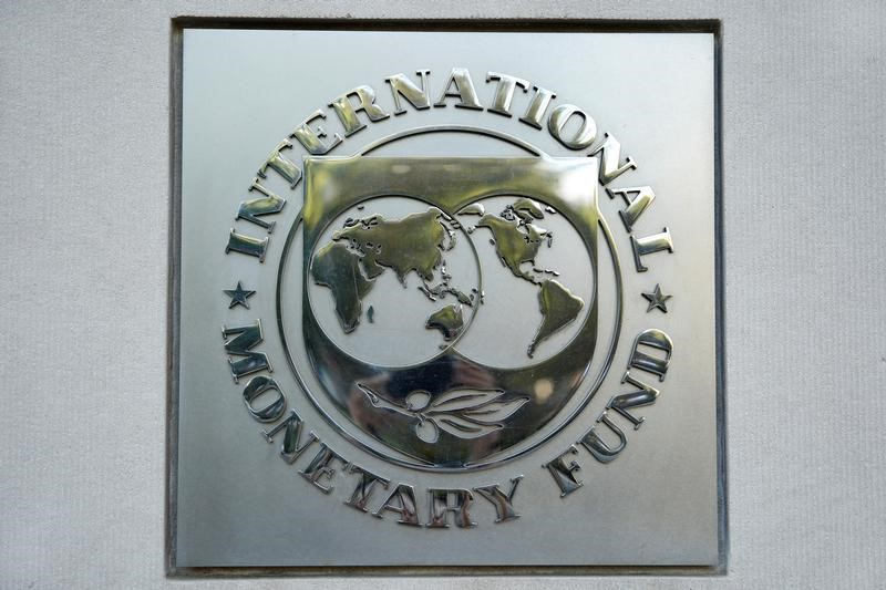 © Reuters.  IMF Warns Zimbabwe Against Pay Boost as Living Standards Crash