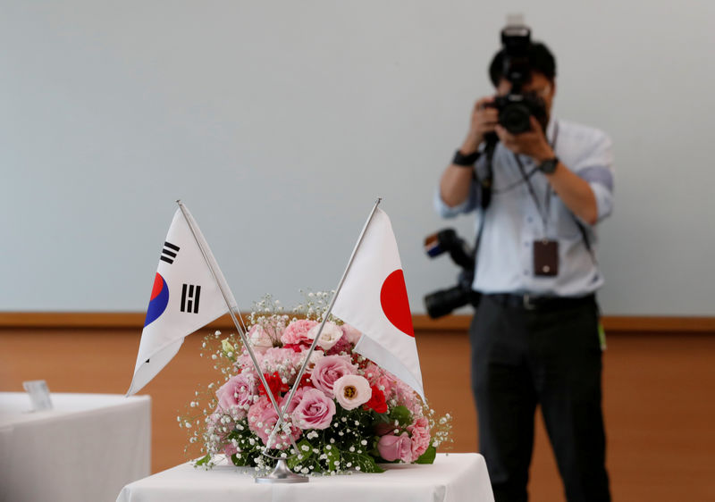 © Reuters. FILE PHOTO: National flags of South Korea and Japan are displayed during a meeting between Komeito Party members and South Korean lawmakers at Komeito Party
