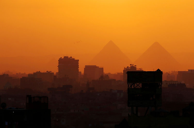 © Reuters.  MENA fund managers to boost Egypt, UAE investments, still bearish on Saudi: Reuters poll