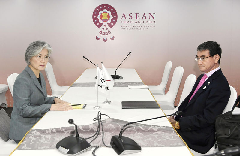 © Reuters. South Korean Foreign Minister Kang Kyung-wha meets her Japanese counterpart Taro Kono during the ASEAN Foreign Ministers