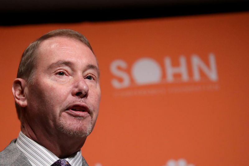 © Reuters. FILE PHOTO: Jeffrey Gundlach, CEO of DoubleLine Capital LP, presents during the 2019 Sohn Investment Conference in New York