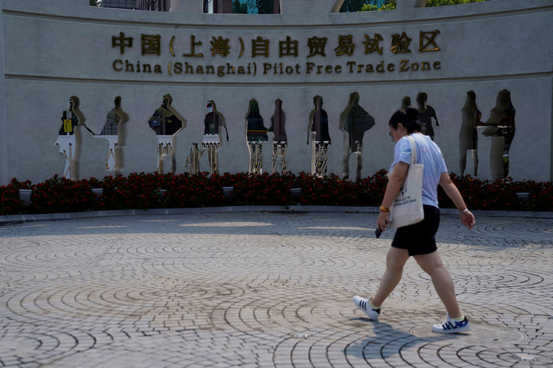 © Reuters. A woman walks at the entrance of the Shanghai Free Trade Zone in Pudong district, in Shanghai