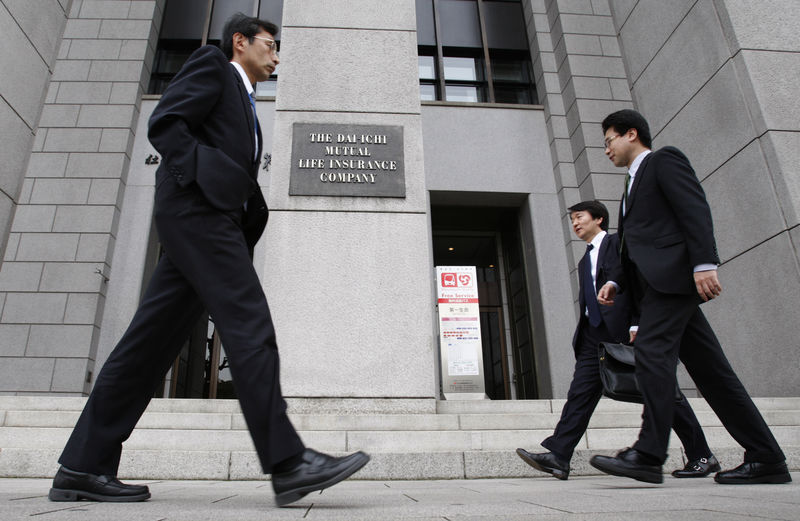 © Reuters. FILE PHOTO - Businessmen walk past the Dai-ichi Mutual Life Insurance headquarters in Tokyo