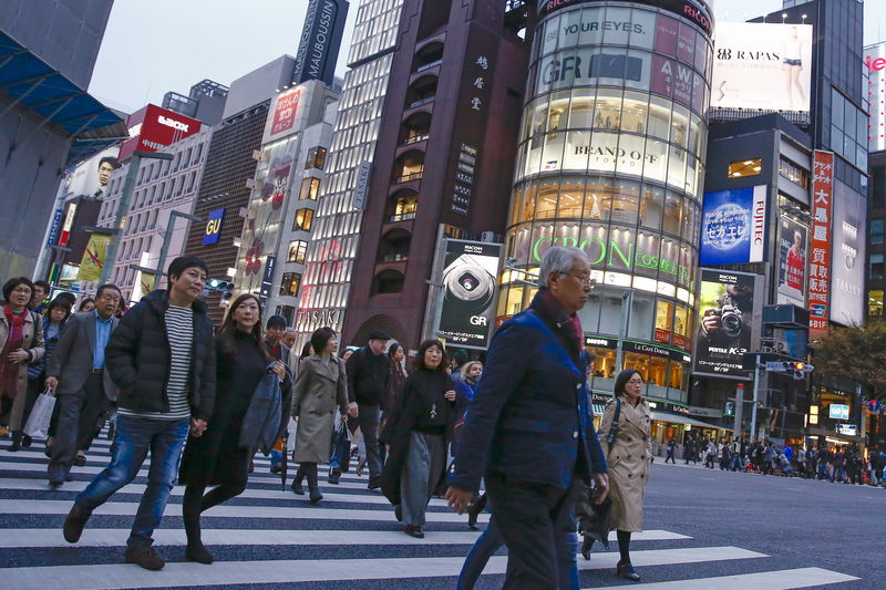 © Reuters. People cross a junction in a shopping district in Tokyo