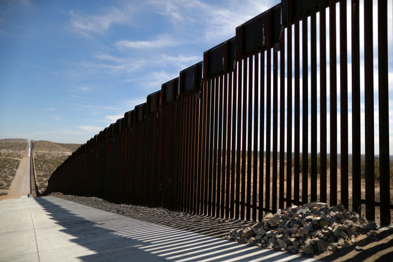 © Reuters. FILE PHOTO: New bollard-style U.S.-Mexico border fencing is seen in Santa Teresa