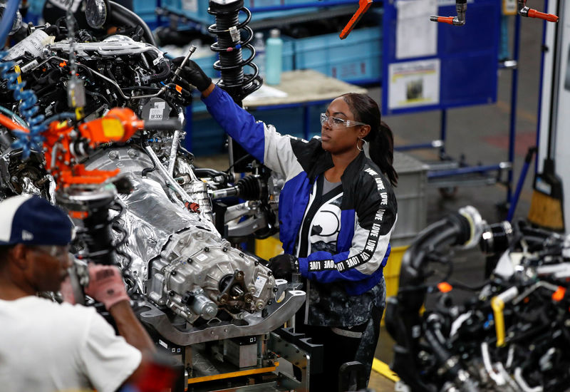 © Reuters. FILE PHOTO: Workers build the 2020 Ford Explorer at Ford