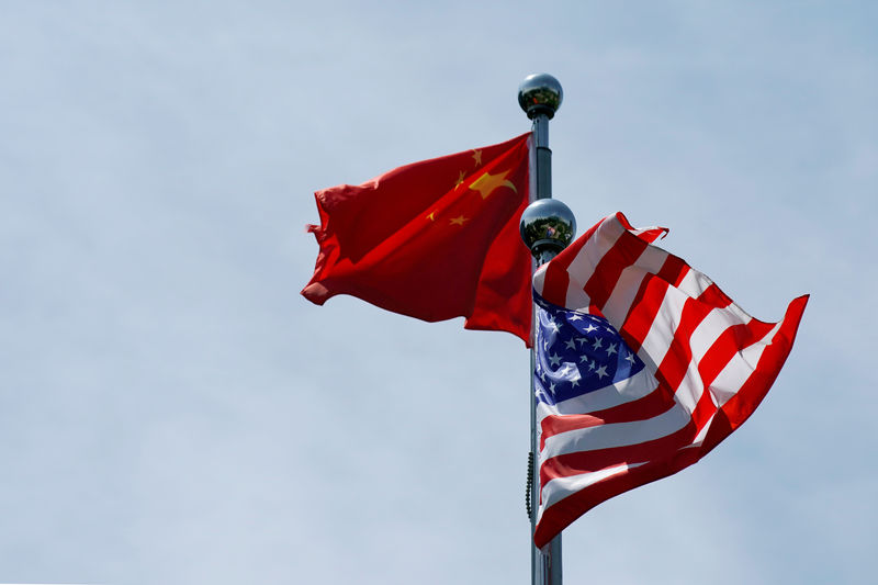 © Reuters. FILE PHOTO: FILE PHOTO: FILE PHOTO: Chinese and U.S. flags flutter near The Bund in Shanghai