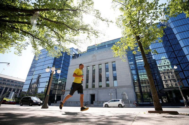 © Reuters. FILE PHOTO: A jogger runs past the Bank of Canada building in Ottawa