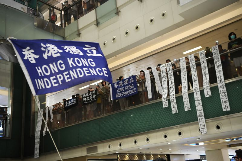 © Reuters. Pro-democracy protesters waves a pro-independence banner during a protest at the New Town Plaza mall in Sha Tin in Hong Kong