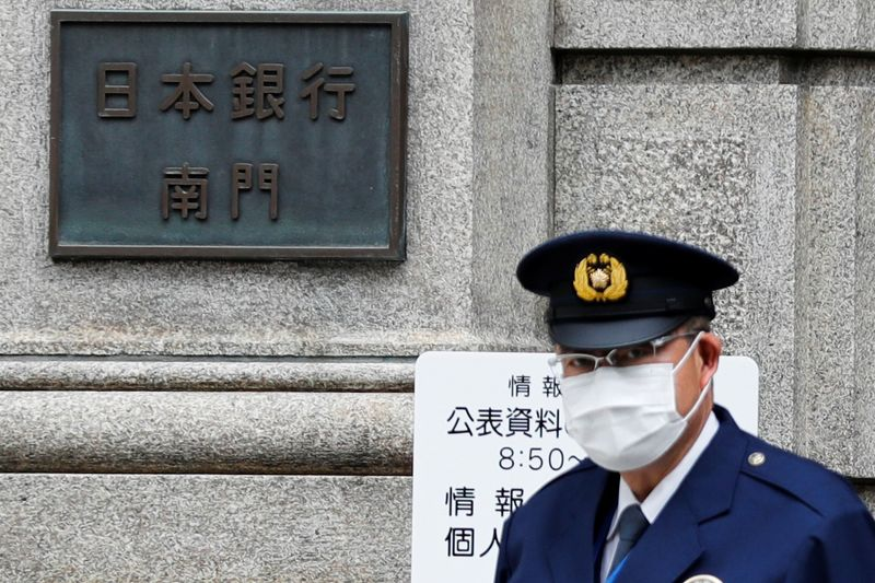 © Reuters. A policeman stands guard in front of the headquarters of Bank of Japan amid the coronavirus disease (COVID-19) outbreak in Tokyo