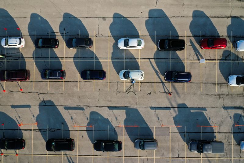 © Reuters. FILE PHOTO: FILE PHOTO: Aerial view of drive-thru COVID-19 testing site at Miller Park