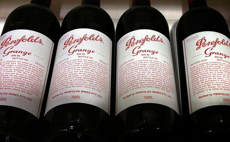 © Reuters. FILE PHOTO: Bottles of Penfolds Grange, made by Australian wine maker Penfolds and owned by Australia's Treasury Wine Estates, on a shelf for sale