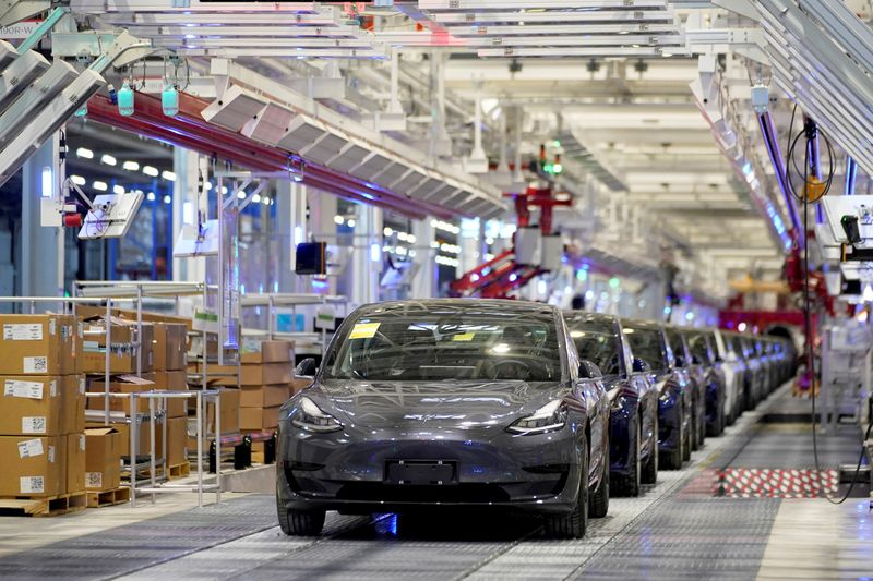 © Reuters. FILE PHOTO: FILE PHOTO: FILE PHOTO: Tesla China-made Model 3 vehicles are seen during a delivery event at its factory in Shanghai