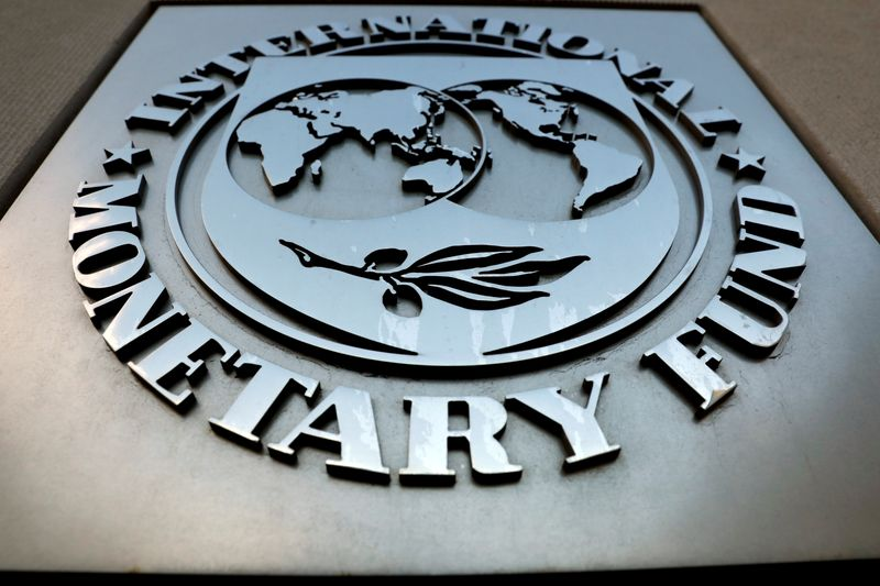 © Reuters. FILE PHOTO: The IMF logo is seen outside the headquarters building in Washington