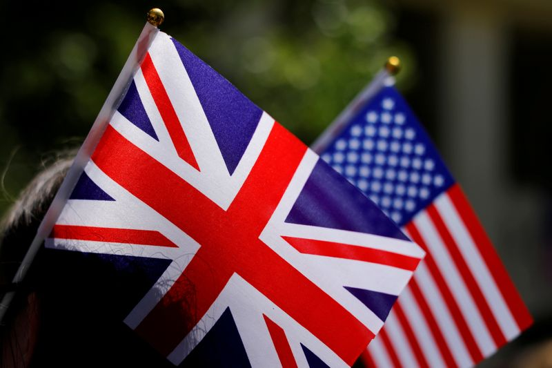 © Reuters. FILE PHOTO: British and American flags on display in Los Angeles