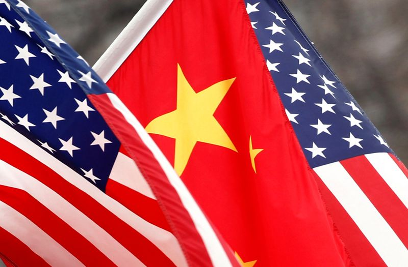 © Reuters. FILE PHOTO: Chinese and U.S. flags fly along Pennsylvania Avenue outside the White House in Washington