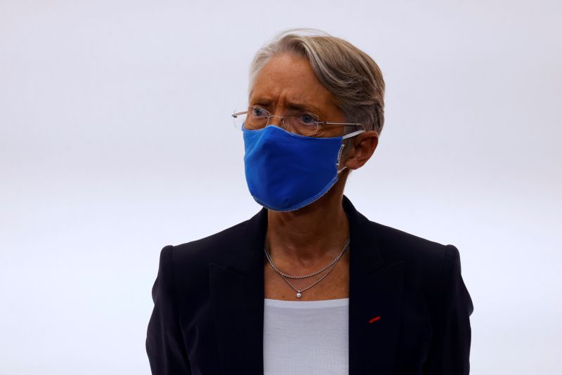 © Reuters. FILE PHOTO: French Labour Minister Elisabeth Borne wears a face mask during a press conference in Paris